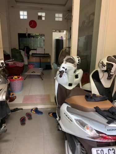 phòng khách nhà phố Quận 4 Nhà hẻm 2.5m Quận 4, nội thất cơ bản, cách Nguyễn Tất Thành 500m.