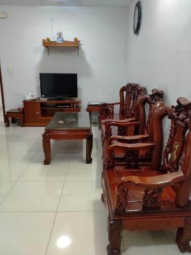 Căn hộ Phú Thạnh Apartment tầng  thấp, nội thất gỗ sang trọng.