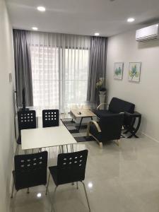 Căn hộ tầng cao Masteri Millennium thoáng mát, đầy đủ nội thất.