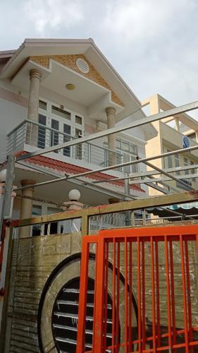 Nhà phố mặt tiền đường Phạm Văn Đồng diện tích 200m2, không nội thất.