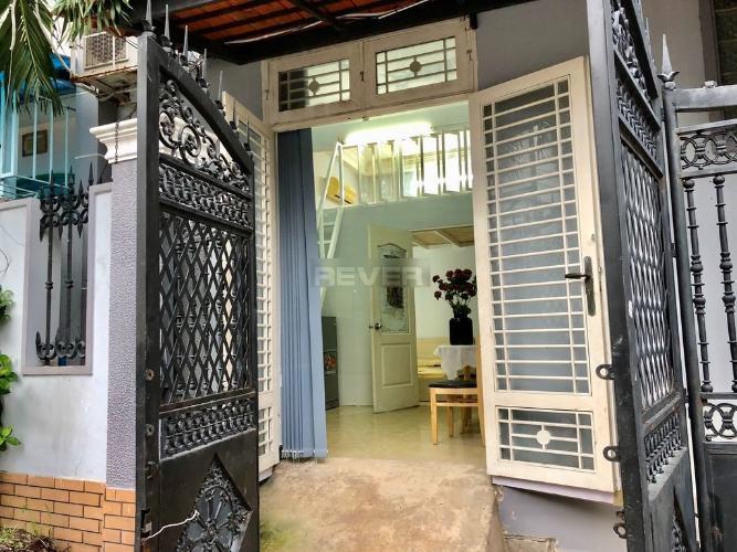 Nhà phố kết cấu 1 trệt 1 gác hướng Nam, đầy đủ nội thất và tiện ích.