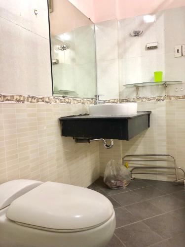 toilet nhà phố quận 4 Bán nhà hẻm Đoàn Văn Bơ, nội thất cơ bản, diện tích 2.46x17.3m.