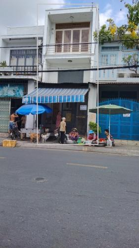 Nhà phố mặt tiền đường lớn, thích hợp kinh doanh buôn bán.