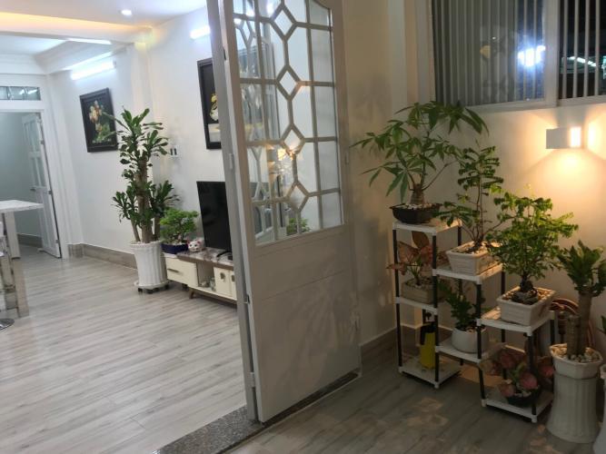 Bên trong nhà phố quận Phú Nhuận Bàn nhà hẻm 3 tầng, 3 phòng ngủ, diện tích đất 43m2, diện tích sàn 158m2, thiết kê hiện đại, đầy đủ nội thất