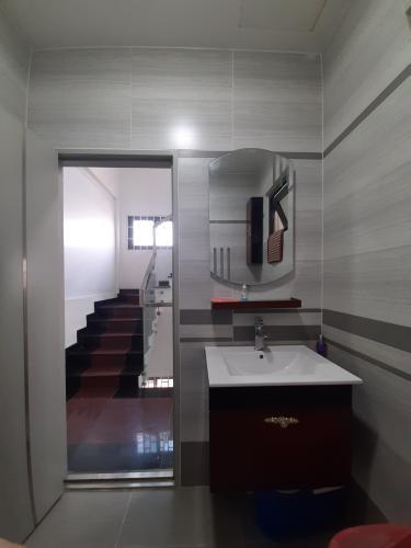 Phòng tắm nhà phố Nhà phố mặt tiền diện tích 630m2 hướng Nam, thích hợp kinh doanh.