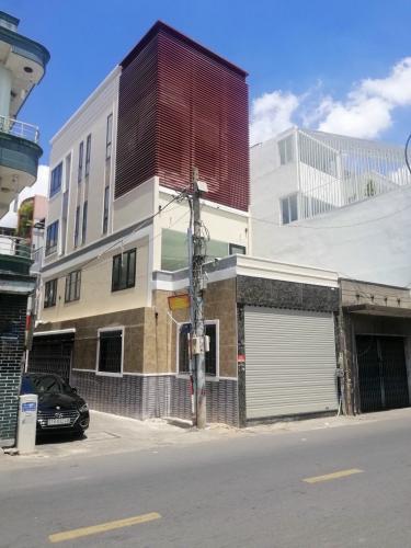 Nhà phố hướng Đông Nam, mặt tiền đường lớn, có chỗ đậu oto.