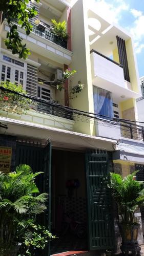 Nhà phố kết cấu 1 trệt 2 lầu hướng Đông, gần UBND phường.