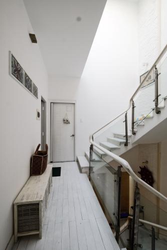 Cầu thang Nhà phố thiết kế hiện đại, tiện nghi, hẻm 5m rộng rãi.