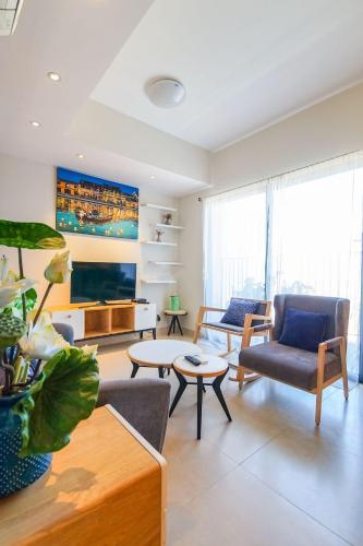 Phòng khách căn hộ Masteri Thảo Điền Căn hộ Masteri Thảo Điền nội thất gỗ cao cấp, view Thảo Điền và sông.