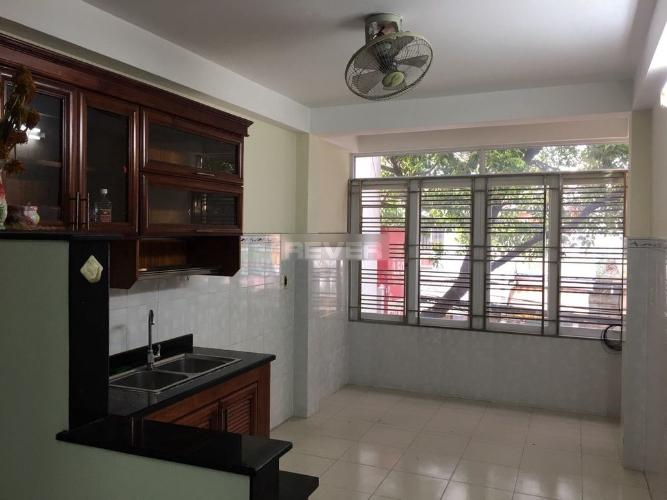 Phòng bếp nhà phố Quận 11 Nhà phố mặt tiền Đường Lãnh Binh Thăng đối diện chợ, tiện kinh doanh.