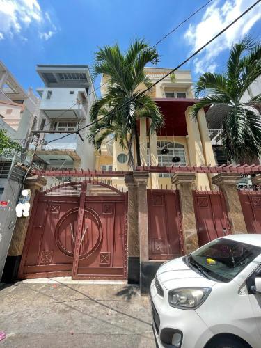 Nhà phố nằm tại khu biệt thự diện tích 204m2, có Gara để xe hơi trong nhà.