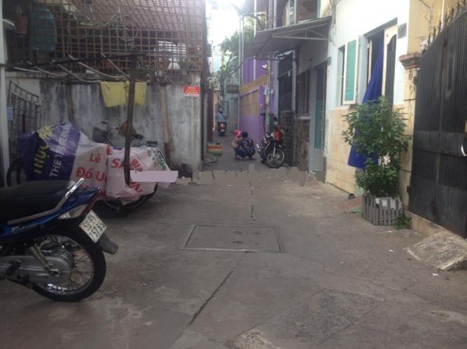 Hẻm Nhà phố hướng Đông Bắc, gần khu phố ăn uống sầm uất.
