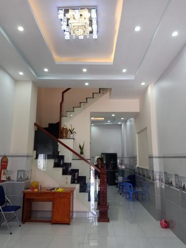 Phòng khách nhà phố quận 9 Bán nhà hẻm Quận 9, nội thất đầy đủ, thiết kế hiện đại.