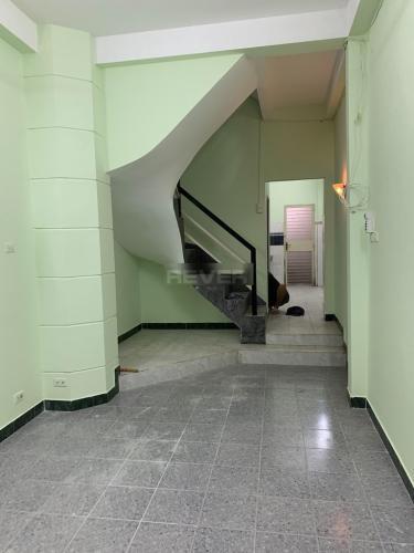 Phòng khách nhà Bình Thạnh Nhà phố Bình Thạnh diện tích sử dụng 126m2, cửa chính hướng Tây Bắc.