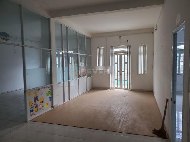 Bên trong văn phòng đường số 51, Gò Vấp Văn phòng hẻm xe tải, có mặt tiền rộng để xe, 144m2.