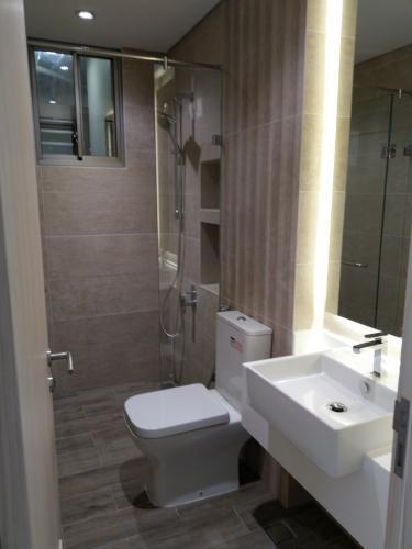 phòng tắm căn hộ midtown Căn hộ Phú Mỹ Hưng Midtown view thành phố và sông, đã có ô xe.