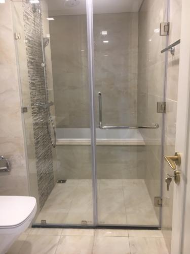 Phòng tắm Vinhomes Golden River, Quận 1 Căn hộ Vinhomes Golden River hướng Đông Bắc, đầy đủ nội thất.