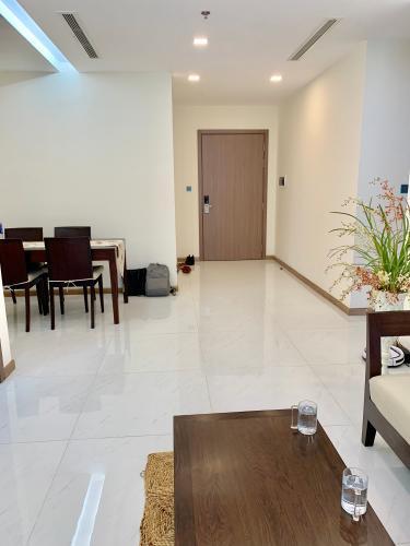 Phòng khách căn hộ Vinhomes Central Park, Quận Bình Thạnh Căn hộ Vinhomes Central Park cửa hướng Nam, đầy đủ nội thất.