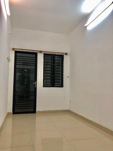phòng ngủ nhà phố quận 4 Bán nhà hẻm Đoàn Văn Bơ, nội thất cơ bản, diện tích 2.46x17.3m.