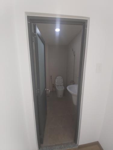 Toilet Nhà phố hướng Đông, hẻm thông tứ hướng, nội thất cơ bản.