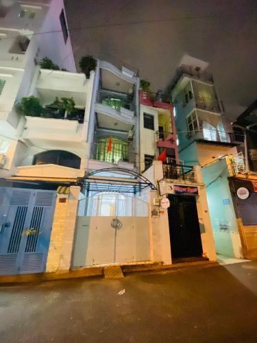 Nhà phố mặt tiền đường Duy Tân kết cấu 1 trệt 3 lầu, hướng Đông Nam.