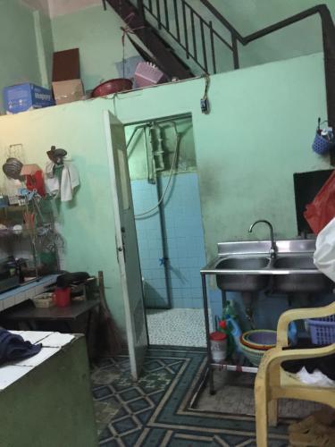 toilet nhà phố quận 1 Bán nhà hẻm Đề Thám 2m, ban công và cửa hướng Tây  Nam.