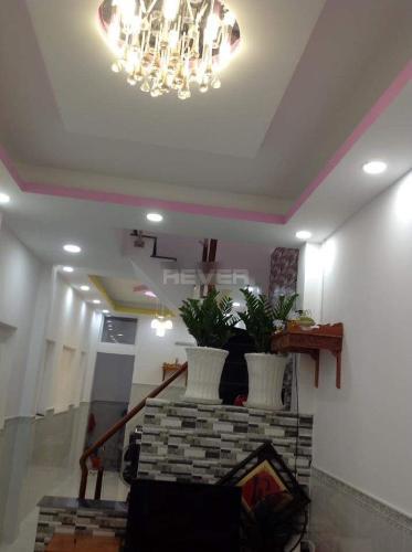 Phòng khách nhà phố Đoàn Văn Bơ, Quận 4 Nhà phố hướng Đông Bắc, đường trước nhà 5m, xe hơi qua lại.