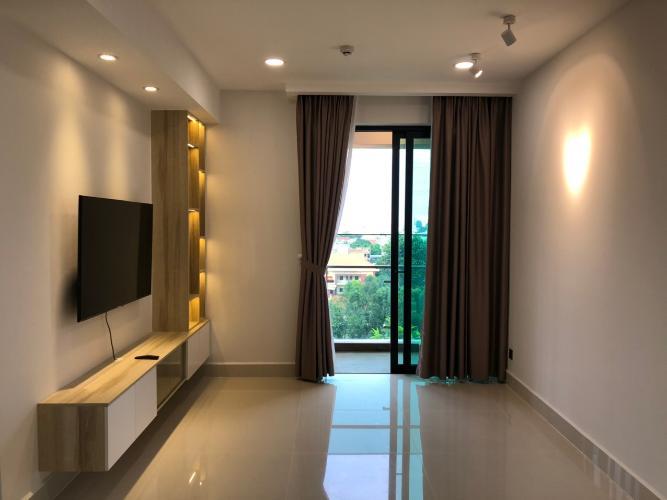 Phòng khách căn hộ Feliz En Vista Căn hộ Feliz En Vista đầy đủ nội thất, view thành phố và cây xanh.