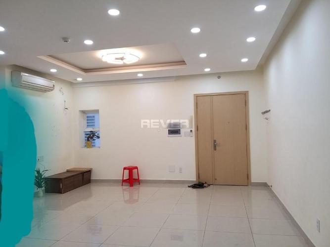 Căn hộ Oriental Plaza tầng 16 có 2 phòng ngủ, nội thất cơ bản.