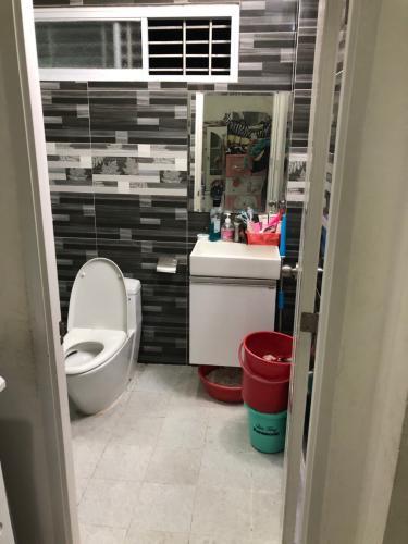 Phòng tắm nhà phố Nguyễn Trãi, Quận 1 Nhà phố hướng Tây Nam, sàn phòng ngủ lót gỗ, diện tích 51m2.