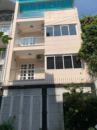 Nhà phố diện tích 380m2, hướng Đông Nam, khu dân cư đông đúc.