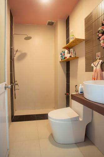Toilet nhà phố Quận 7 Nhà mặt tiền đường số 9, Quận 7, đầy đủ nội thất, cách chợ Tân Mỹ 200m