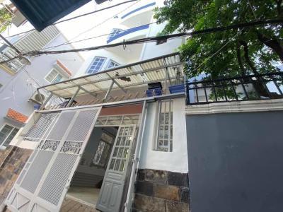 Nhà diện tích 53m2 kết cấu 1 trệt 2 lầu và sân thượng, nội thất cơ bản.