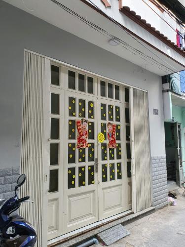 Nhà phố 2 mặt tiền hẻm hướng Đông thoáng mát, có sổ hồng.