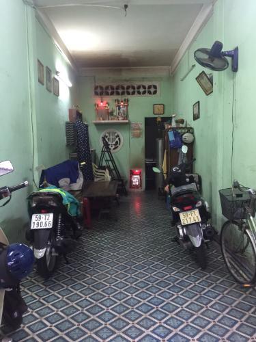 phòng khách nhà phố quận 1 Bán nhà hẻm Đề Thám 2m, ban công và cửa hướng Tây  Nam.