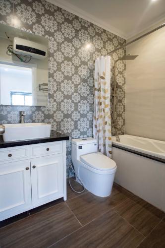 Phòng tắm căn hộ dịch vụ Trần Não, Quận 2 Căn hộ dịch vụ Trần Não nội thất tiện nghi, thiết kế tân cổ điển.
