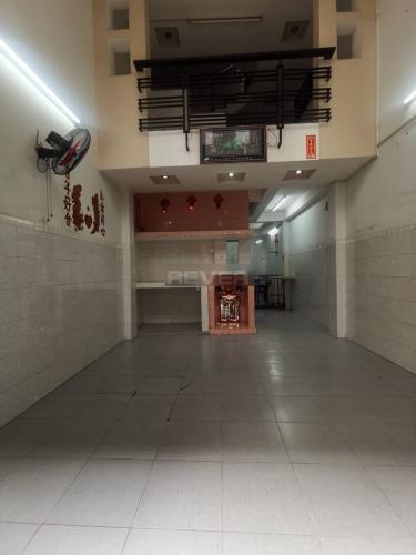 Phòng khách nhà phố Quận 11 Nhà phố Quận 11 hướng Đông Bắc, diện tích sử dụng 185m2.