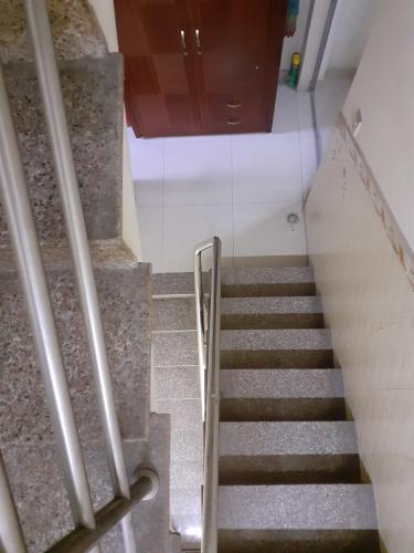 Cầu thang nhà phố Nhà phố diện tích sử dụng 104.3m2, hướng cửa Đông Bắc.