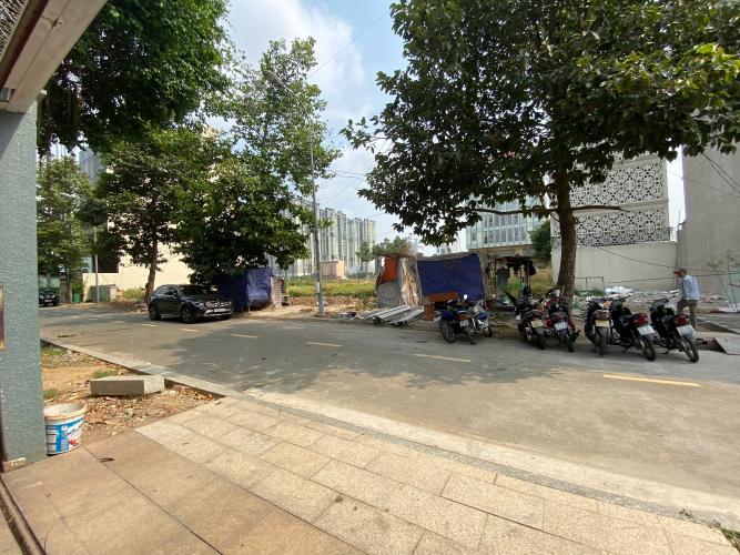 Đường hẻm nhà phố Quận 2 Nhà phố đường xe hơi Quận 2 hướng Đông có sân vườn thoáng mát