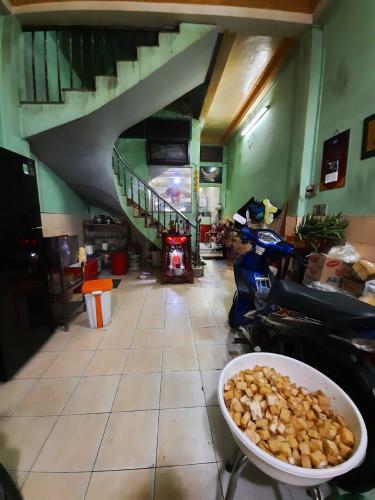 Phòng khách nhà phố Nhà phố Quận 6 diện tích đất 86m2, ngay khu ẩm thực đông đúc.