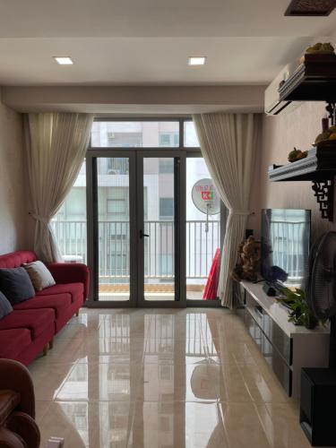 Căn hộ Luxcity ban công hướng Đông Nam thoáng mát, đầy đủ nội thất.