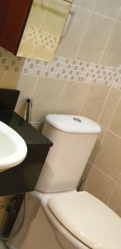 toilet Căn hộ The Manor hướng Tây, nội thất đầy đủ tiện nghi.