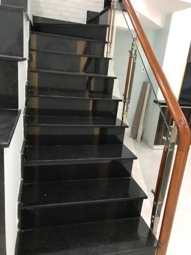Cầu thang nhà phố Gò Vấp Nhà phố cửa hướng Đông hẻm xe hơi rộng, kết cấu 3 tầng.