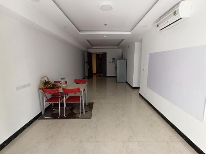Căn hộ Cosmo City tầng 14, phòng khách rộng đón view mát mẻ.