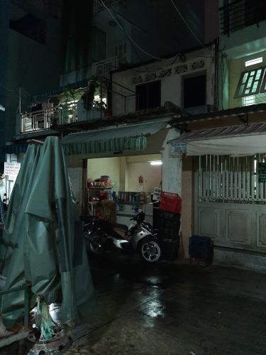Nhà phố hẻm xe tải hướng  Tây Nam, gần chợ đông đúc.