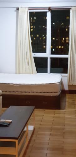 giường Căn hộ The Manor hướng Tây, nội thất đầy đủ tiện nghi.