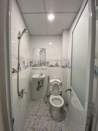 Phòng tắm nhà phố  Nhà phố hẻm xe máy diện tích đất 3mx11m, hướng Bắc.