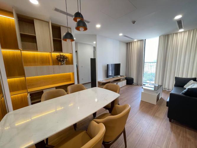 Căn hộ Eco Green Saigon tầng cao gồm 3 phòng ngủ, đầy đủ nội thất.
