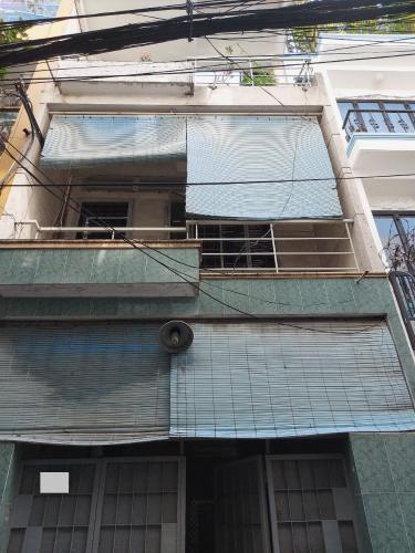 Nhà phố thiết kế hiện đại 1 trệt 2 lầu và sân thượng, khu dân cư đông đúc.