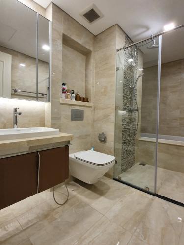 phòng tắm Căn hộ Vinhomes Golden River tầng cao, view hướng Đông Bắc.